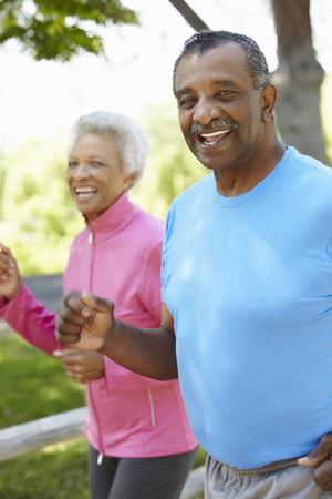 gente corriendo: Pares mayores que activan afroamericano en el parque