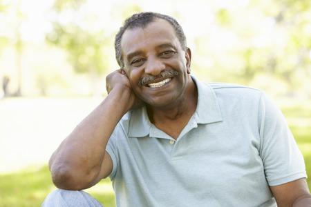 hombres maduros: Hombre mayor del afroamericano en el parque