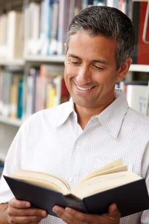 Rijpe student in de bibliotheek Stockfoto - 42109755