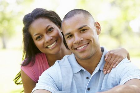 femmes souriantes: Portrait Of Romantique jeune couple afro-américain dans le parc Banque d'images