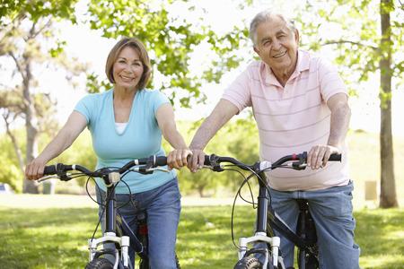 Senior Hispanic pár cyklistiky v parku
