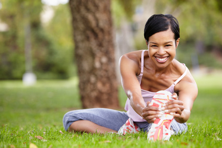 afroamericana: Mujer en el ejercicio de parque Foto de archivo