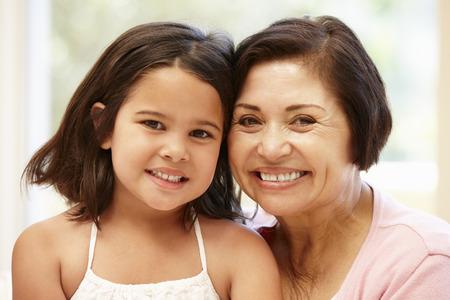 niñas sonriendo: Abuela y nieta hispana Foto de archivo