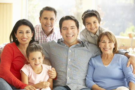 descansando: Retrato de la familia hisp�nica extensa que se relaja en el pa�s Foto de archivo