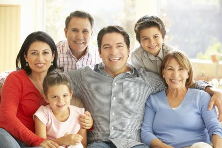 Ritratto di famiglia allargata ispanico si distende nel paese Archivio Fotografico - 42109614