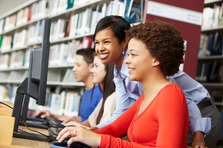 grupos de personas: profesor y los alumnos trabajan en los ordenadores Foto de archivo