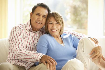 jubilados: Pares hisp�nicos mayores que relajan en el pa�s Foto de archivo