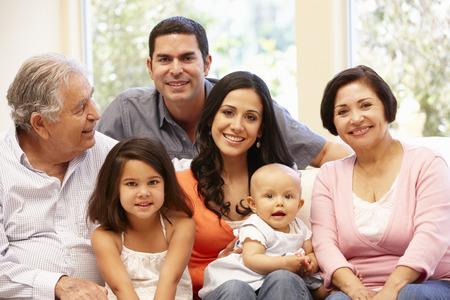 3 generación de la familia hispánica en el país Foto de archivo - 42109543