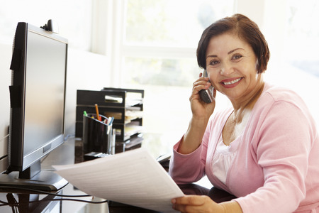 Senior Hispanic woman working on computer at home Imagens - 42109530