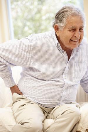 levantandose: hombre de hispanos mayores de edad con dolor de espalda