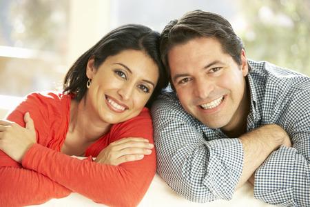 parejas felices: Pareja hispana relajan en el país en el sofá Foto de archivo