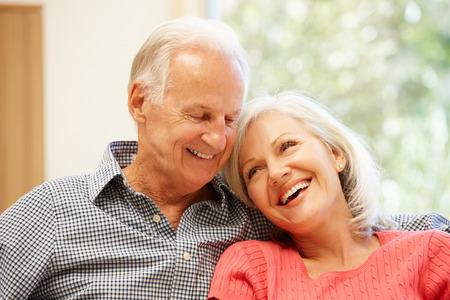 Älterer Mann und Tochter zu Hause Standard-Bild