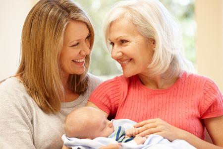 bebe sentado: Retrato de familia de varias generaciones