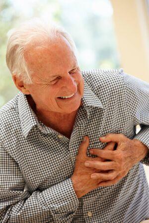 dolor de pecho: Hombre mayor con dolor en el pecho