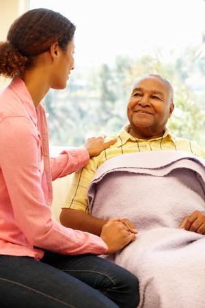 persona feliz: Mujer cuidando padre enfermo Foto de archivo