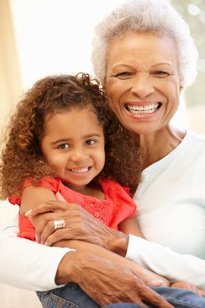mujeres mayores: Mujer mayor afroamericano y nieta