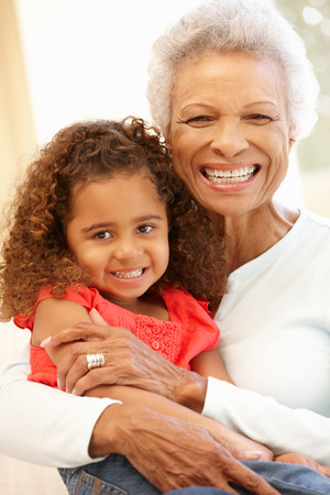 abuela: Mujer mayor afroamericano y nieta