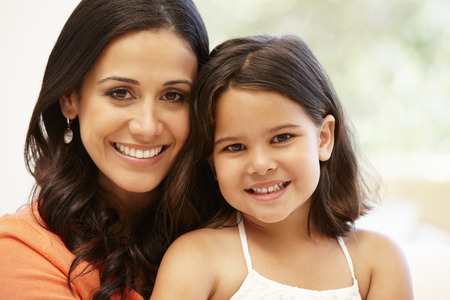 Hispanic mother and daughter Imagens