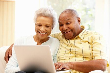 mujeres ancianas: Pares mayores usando la computadora portátil afroamericano