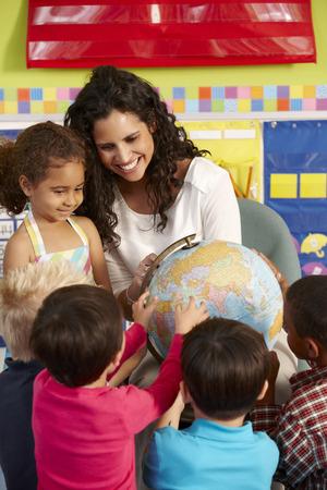 verticales: Grupo de escolares de primaria en clase con el profesor