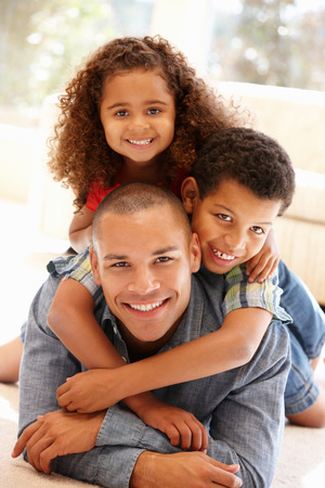 Vader en kinderen thuis Stockfoto