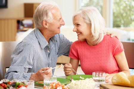 Vader en volwassen dochter delen maaltijd Stockfoto - 42109295