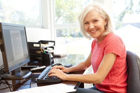 Mujer que trabaja en la oficina en casa Foto de archivo - 42109306