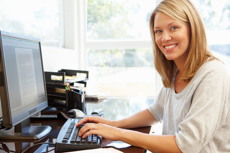 Woman working in home office Imagens