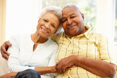 relaxando: Casal de americanos Africano sênior em casa