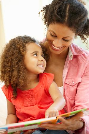 verticales: Mujer de raza mixta y la lectura hija