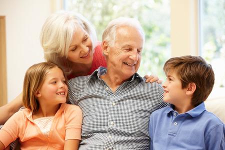 mujeres mayores: Abuelos y nietos