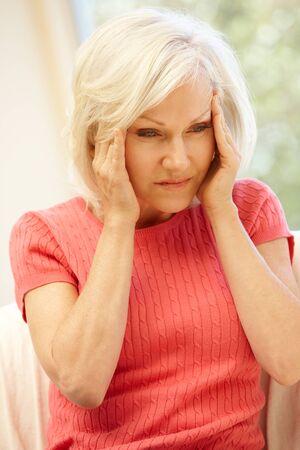 cabeza femenina: Mediados de edad mujer con dolor de cabeza