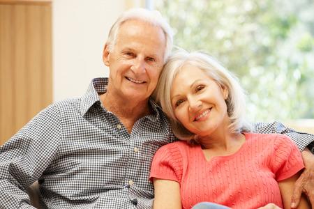 Älterer Mann und Tochter zu Hause