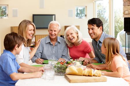 niños sanos: Familia comida compartir