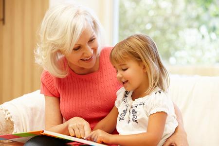 niños ayudando: Abuela y nieta de lectura