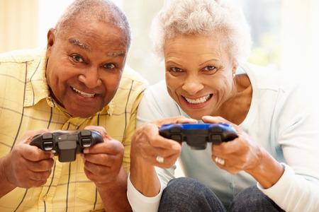 Senior paar spelen van computerspelletjes