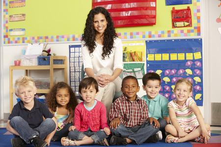 先生とクラスの小学校低学年小学生のグループ