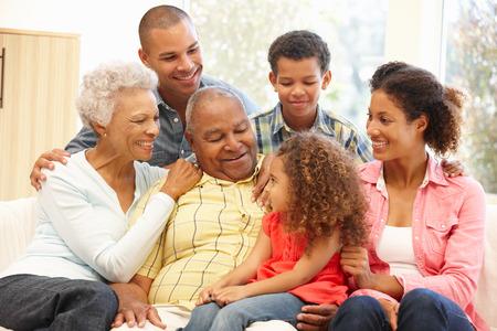 внук: 3 поколения семьи на дому Фото со стока
