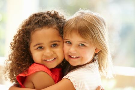 amigos abrazandose: Dos niñas abrazando Foto de archivo