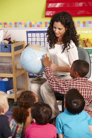 profesores: Grupo de escolares de primaria en clase con el profesor