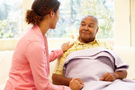 persona de la tercera edad: Mujer cuidando padre enfermo Foto de archivo