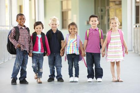 外に立って小学校低学年小学生のグループ