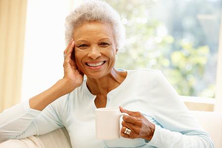 femmes souriantes: Senior femme afro-américaine à la maison Banque d'images