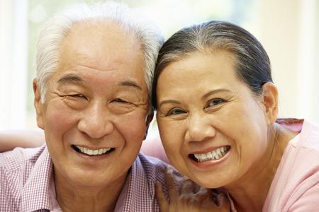Senior Aziatische paar thuis