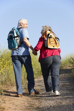 ancianos caminando: Pares mayores en caminata del país Foto de archivo