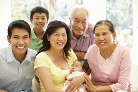 familias unidas: Retrato de familia asi�tica