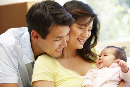 아시아 부부와 아기
