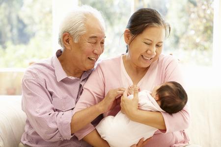 bebe sentado: Los abuelos de Asia con beb� Foto de archivo