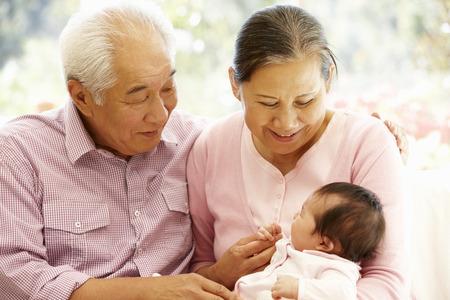 abuelos: Los abuelos de Asia con beb� Foto de archivo