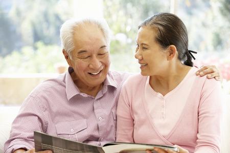 Revista lectura pareja asiática senior Foto de archivo - 42109047